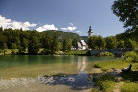 Kostel sv. Jana Křtilele blízko jezera